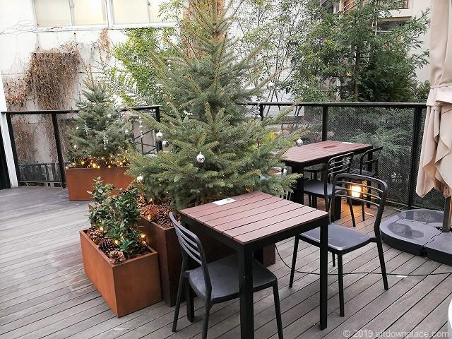 代々木ビレッジbykurkkuの2Fデッキの2人掛けテーブル席と4人掛けテーブル席