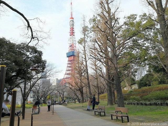 芝公園体力測定健康歩道の外観と東京タワー