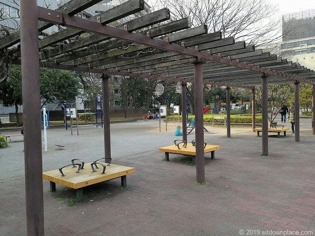 芝公園18号地の広場のパーゴラ