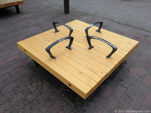 芝公園18号地の広場のパーゴラのベンチ