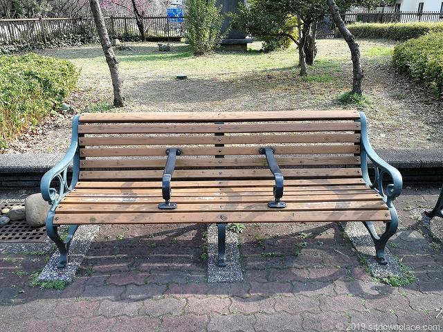 芝公園18号地の広場の3人掛けベンチ