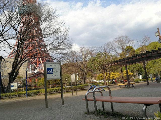 芝公園18号地のびのび広場の腹筋ベンチ