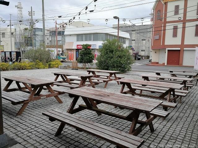 銚子セレクト市場の裏手のテーブル