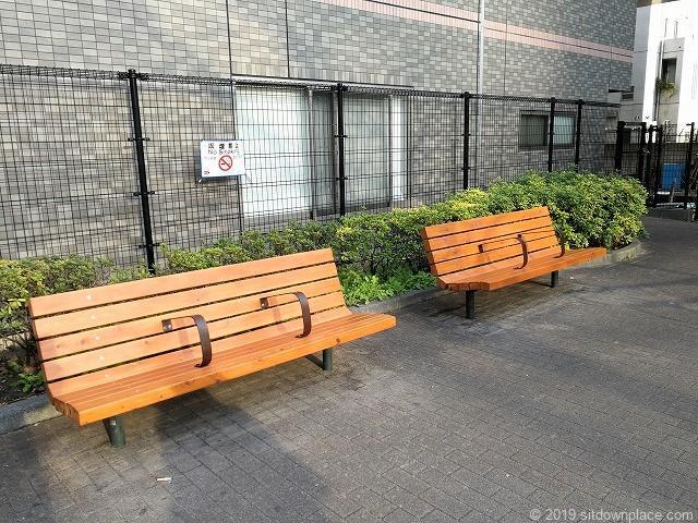 浜松町四丁目児童遊園の休憩スペース