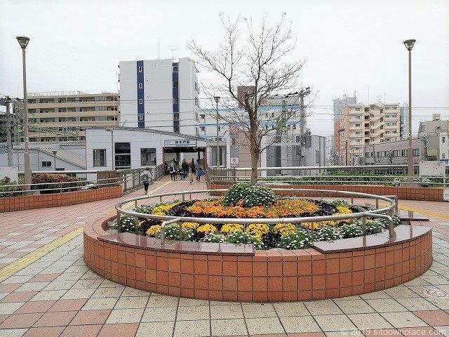 東神奈川のペデストリアンデッキの休憩スペース