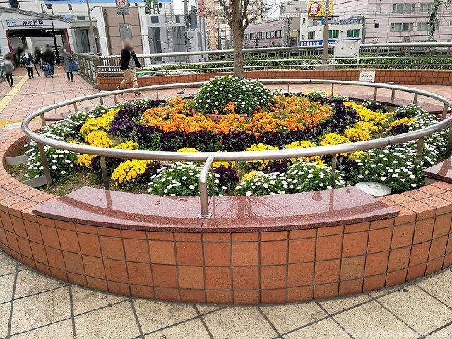 東神奈川のペデストリアンデッキのベンチ