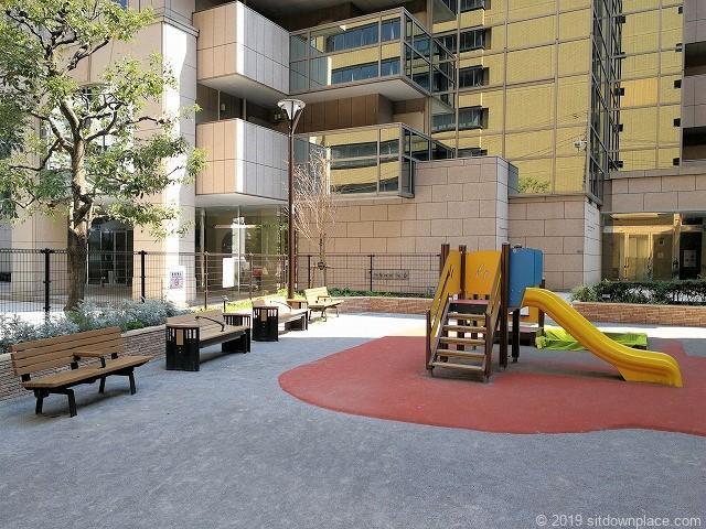 西久保巴町児童遊園の遊具と休憩スペース