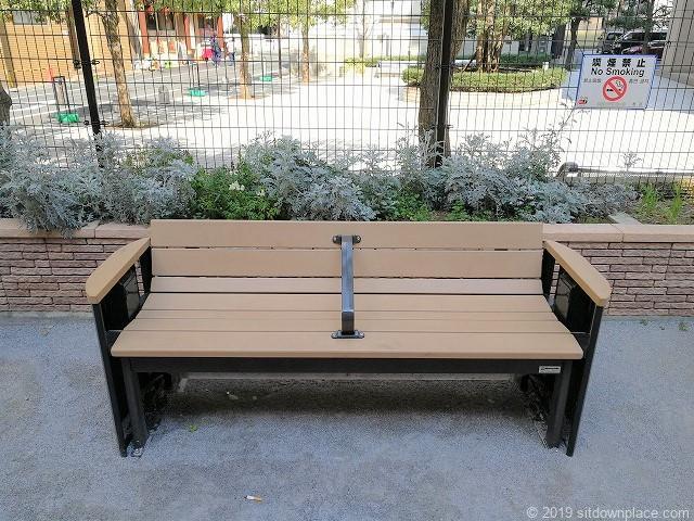 西久保巴町児童遊園のベンチ
