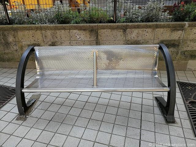 虎ノ門マリンビル公開空地のベンチ