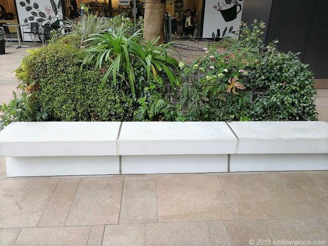 東京スクエアガーデンB1Fの地下駅前広場のベンチ