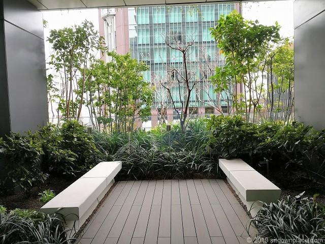 東京スクエアガーデン京橋の丘のベンチその2