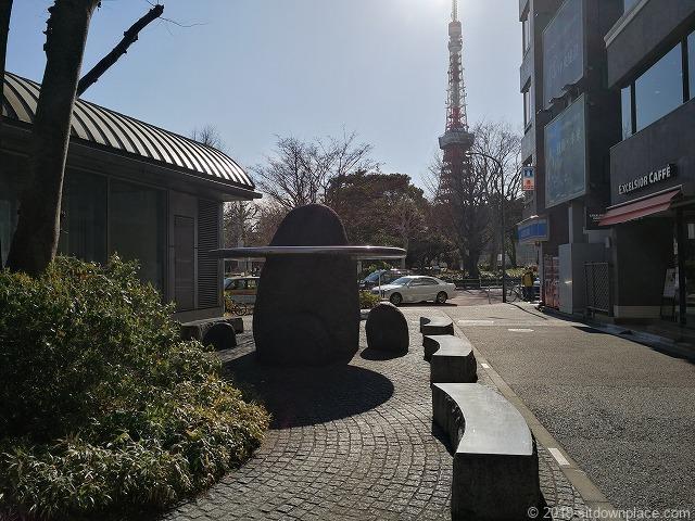 御成門駅前ベンチと東京タワー