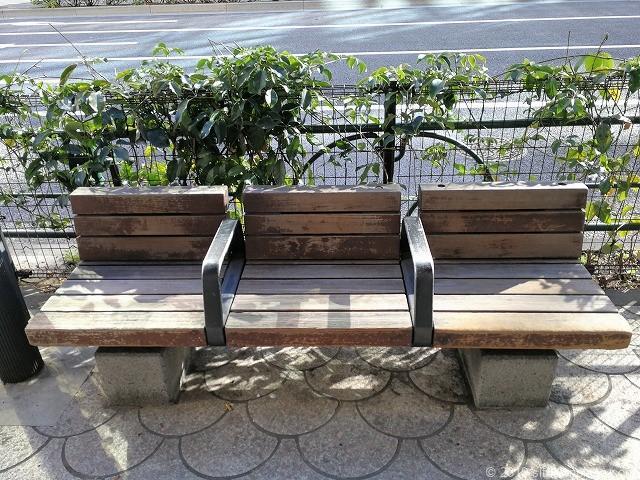 芝郵便局前のベンチ