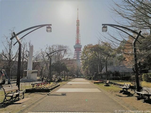 芝公園の東京タワーが見えるベンチ