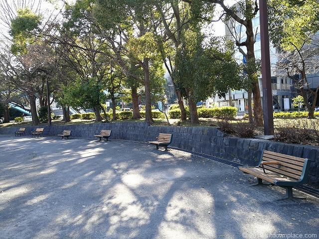 芝公園多目的運動広場のベンチ