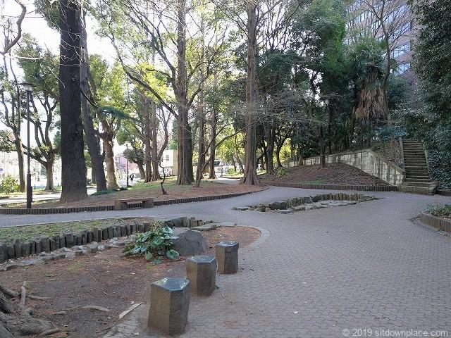 芝公園23号地の景観とベンチ