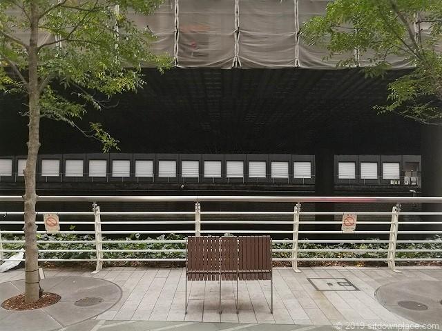 日本橋川とベンチ
