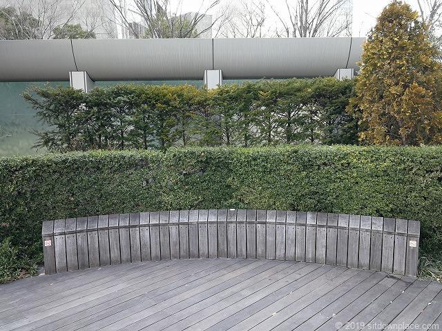 六本木ヒルズ66プラザのローズガーデンの木製ベンチ