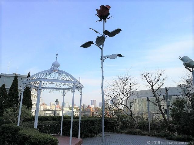 六本木ヒルズ66プラザのローズガーデンの薔薇のオブジェ