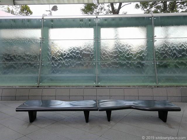六本木ヒルズ66プラザのアクアウォールの2人掛けベンチ