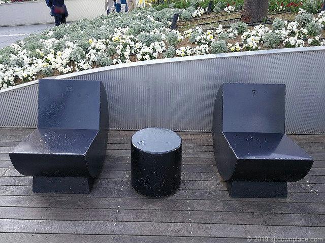六本木ヒルズ66プラザのアルゼンチンデザイナーによるベンチ詳細
