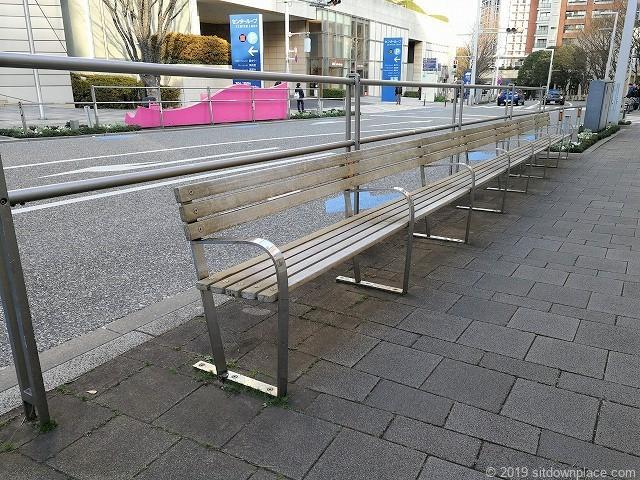六本木けやき坂のアート「パーク・ベンチ」