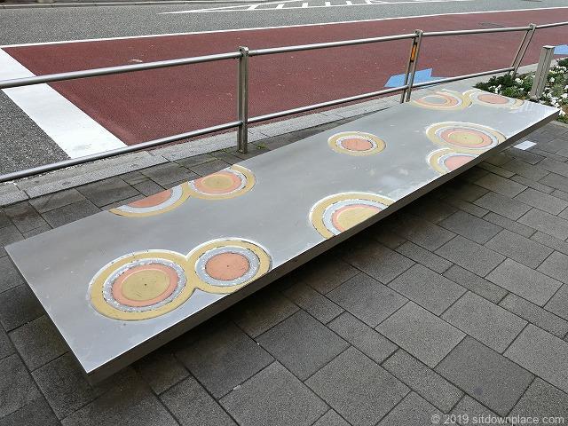 六本木けやき坂のアート「波紋」のベンチ