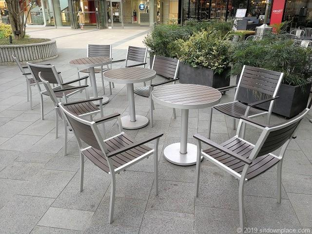 六本木ヒルズメトロハット横のテラスの3人掛けテーブル席