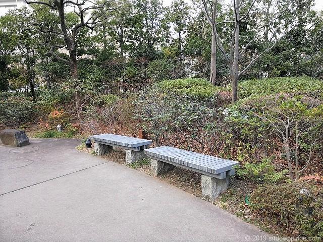 毛利庭園の2人掛け木製ベンチ