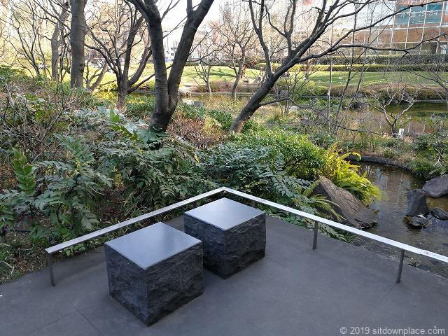 毛利庭園の1人掛け石材ベンチ
