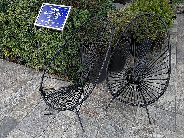 毛利庭園付近のアートなチェア