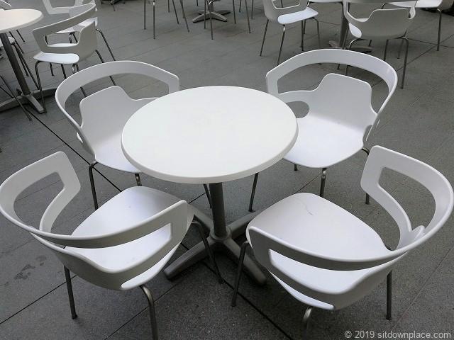 六本木ヒルズ大屋根プラザの4人掛けテーブル席
