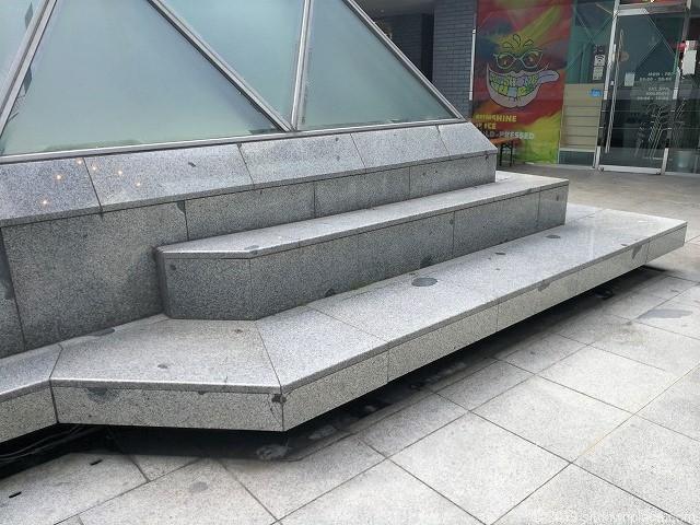 六本木ピラミデ1Fのピラミッドアートのベンチ