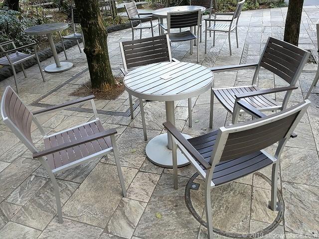 六本木ヒルズのヒルサイドB2Fの4人掛けテーブル席