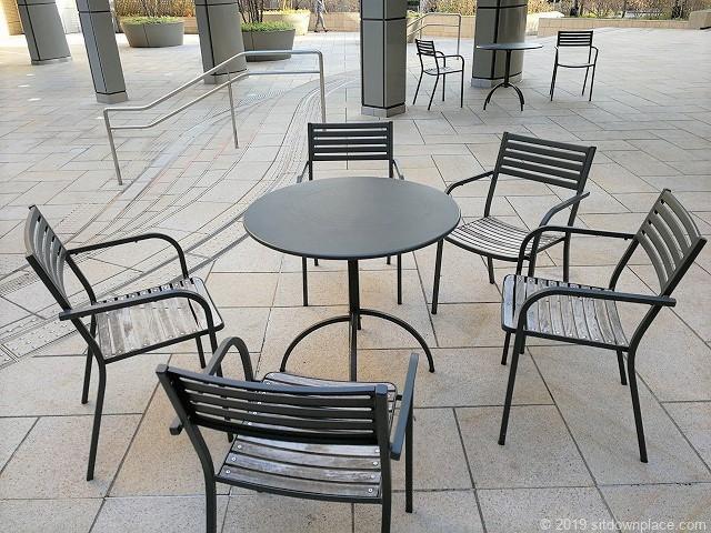 六本木けやき坂通り1Fテラスのテーブル席