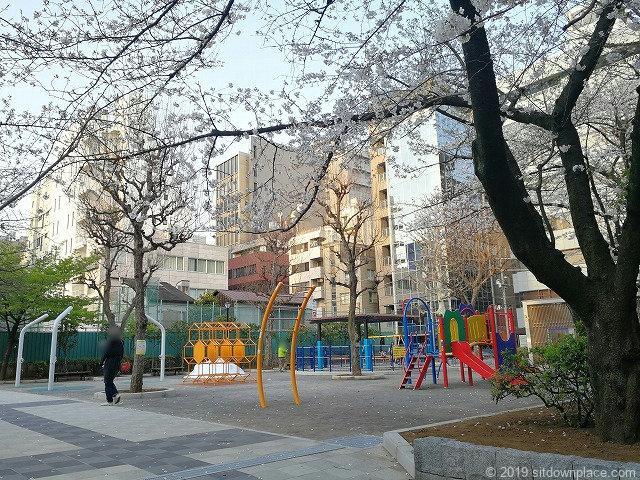 御徒町公園の景観と遊具