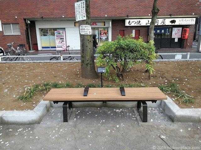 御徒町公園の3人掛けベンチ