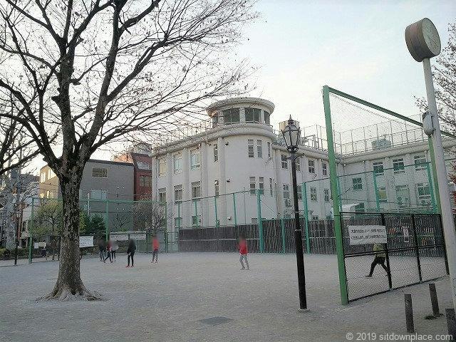 小島公園から見える旧小島小学校とコート