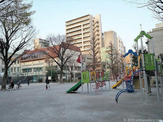 小島公園の遊具と景観