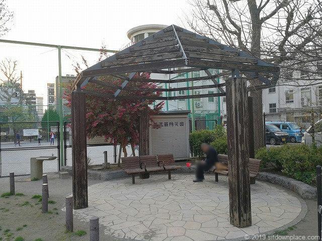 小島公園の3人掛けベンチ