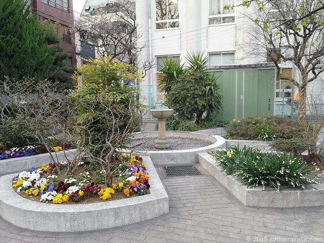 小島公園の噴水と花壇