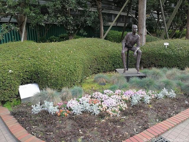 相鉄ジョイナスの森彫刻公園の彫刻「ニケ'83」と花壇