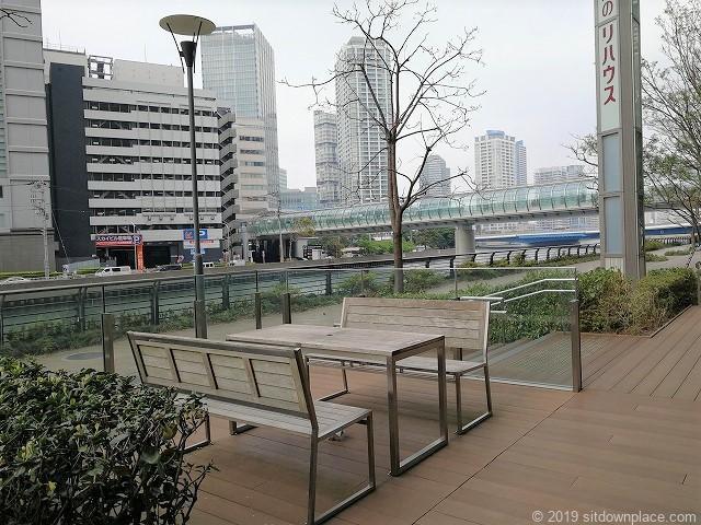 横浜三井ビルディングアーバンプラザのテーブルとはまみらいウォークの外観