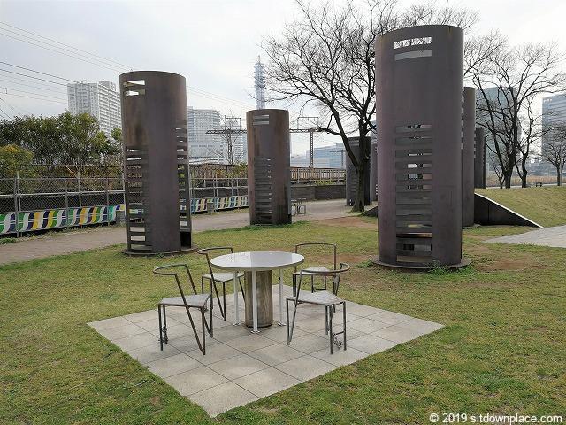 ポートサイド公園の休憩所とテーブル