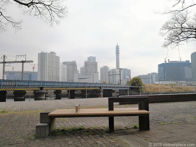 ポートサイド公園の2人掛けベンチ
