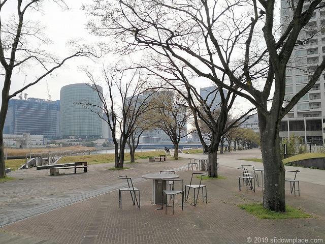 ポートサイド公園の4人掛けテーブルと休憩スペース
