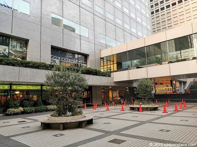 新宿NSビル1F屋外広場の休憩場所