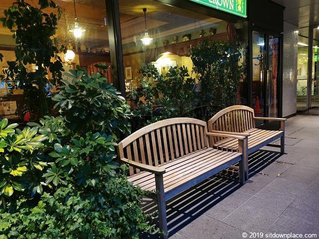 新宿NSビル1F屋外広場の木製3人掛けベンチ