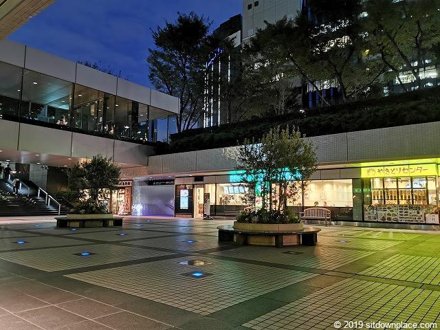 新宿NSビル1F屋外広場の夜の様子