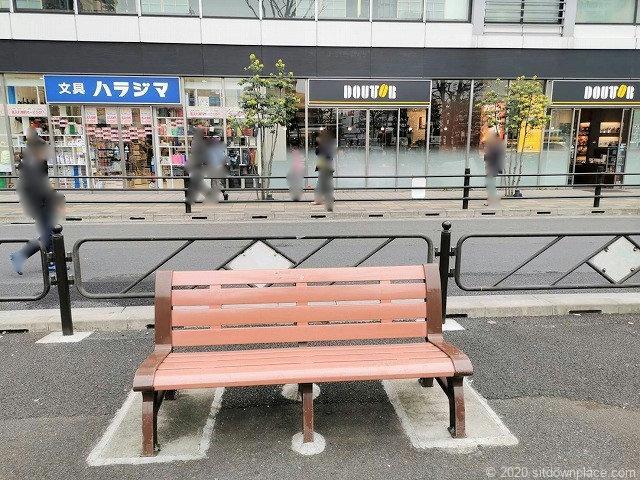 調布駅南口バスロータリー横のベンチ